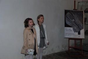 20160505_Dvě současné lidické děti, Viktorka Klímová a Karolína Čermáková, recitují na výstavě v Senátu